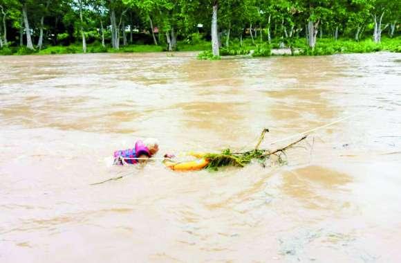 Satna Flood: मंदाकिनी नदी में आई बाढ़, धार के बीच में फंसे पर्यटक व साधु-संतों को रेस्क्यू कर बचाया