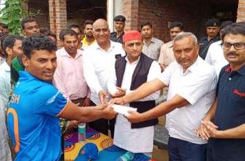लंदन से दिव्यांग क्रिकेट वर्ल्ड सीरीज जीतने वाले खिलाड़ी अवनीश कुमार से मिले अखिलेश यादव, देखें वीडियो