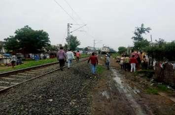 रेलवे ट्रैक पर ईयरफोन लगाकर चल रहा था युवक, हुआ यह हादसा
