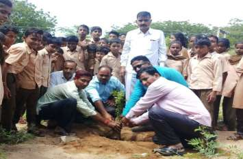 मंदिर परिसर में लगाए पौधे, देखरेख का लिया संकल्प