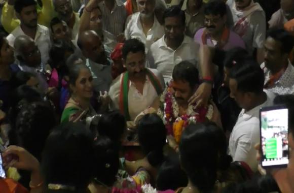 पहली बार मंत्री बन कर लौटने पर कार्यकर्ताओं ने उतारी आरती
