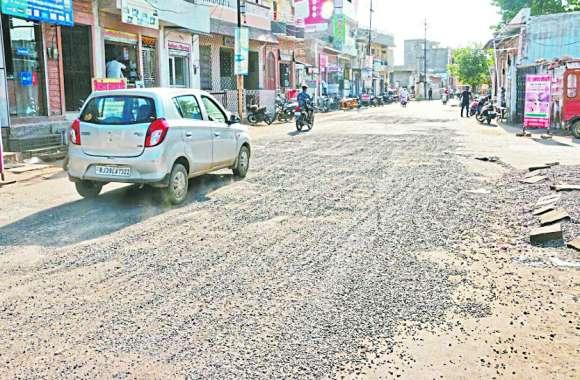 शहर के बदहाल मार्गों के गड्डे, बिखरी कंक्रीट दे रहे हादसों को निमंत्रण