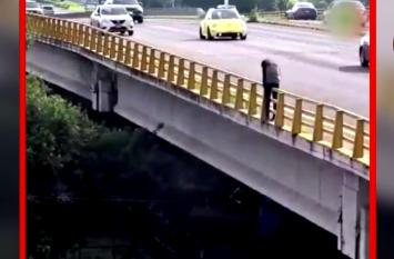 Video: जिंदगी से तंग आकर मौत को गले लगाने जा रहा था शख्स, अजनबी महिला ने किया कुछ ऐसा कि फिर..