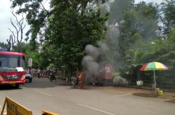VIDEO देखिये कैसे बीच रोड चलती बाइक जलने लगी , गाड़ी में लगी आग देख सहम जाएगे