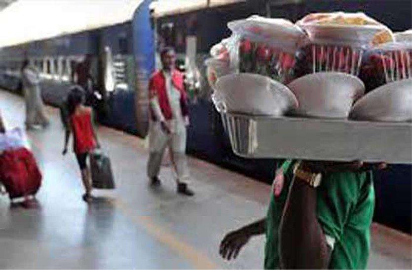 रेलवे स्टेशन पर नियम विरुद्ध बेच रहे थे खाद्य सामग्री, मंडल की टीम ने की कार्रवाई, पढ़ें खबर