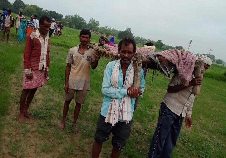 गांव में सड़क नहीं, गर्भवती को चारपाई पर लिटा ढाई किमी चले पैदल, पर नहीं बची जान