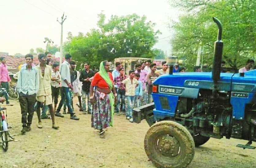 ठेकेदार ने उठाई रेत, ट्रैक्टर के आगे खड़ी हो गई महिलाएं, किया विरोध