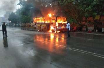 अचानक यात्री बस में लग गई आग और अंदर बैठे थे 40 लोग, जिसने भी बीच चौंक बस को जलते देखा वह डर गया, देखें वीडियो !