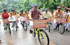 देशवासियों को गांधी दर्शन बताने साइकिल यात्रा पर निकले BHU के छात्र, देखें तस्वीरों में...