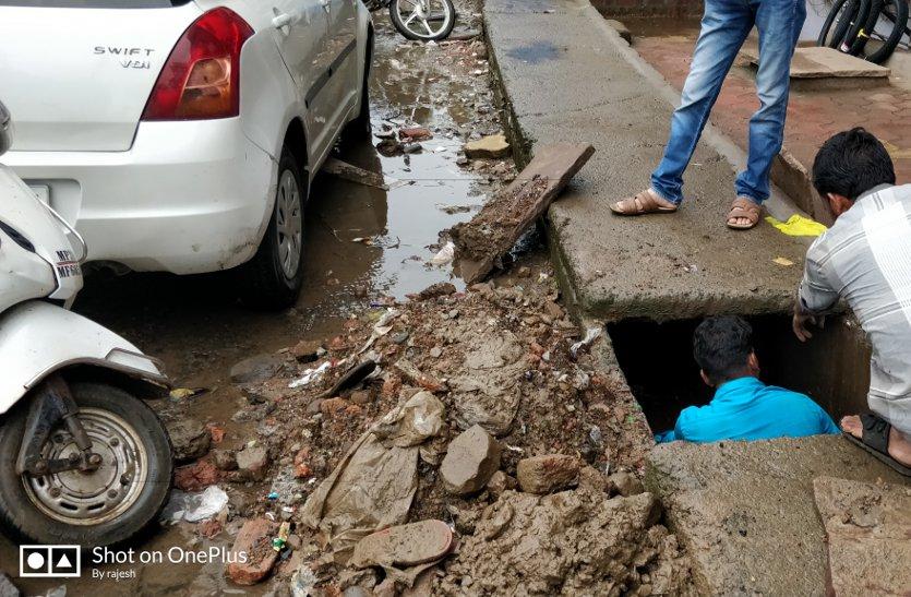 रोड की घटिया नालियों से नहीं निकल रहा पानी और रिपोर्ट ओके