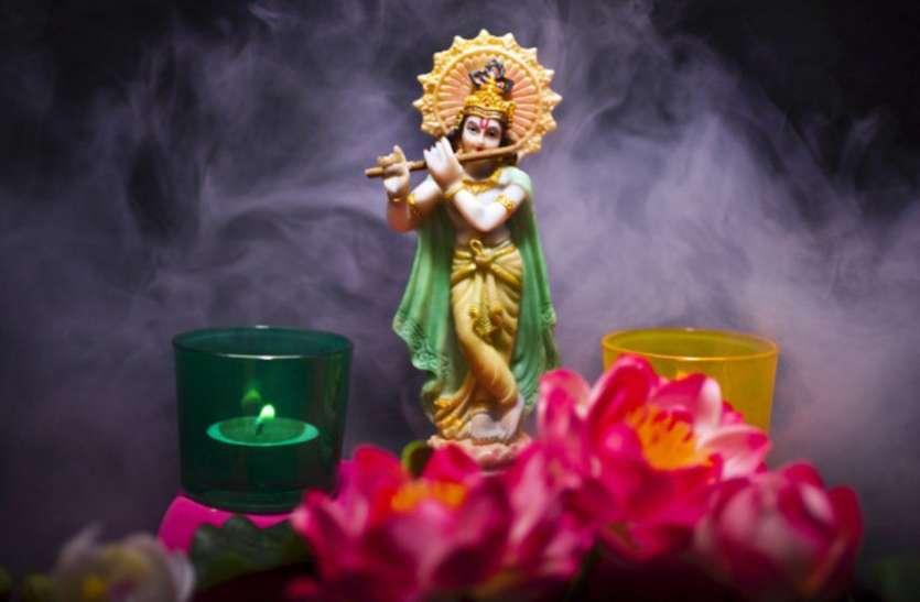 आज की रात इस मंत्र का करें जाप, भगवान श्रीकृष्ण की कृपा से हर मनोकामना होगी पूरी