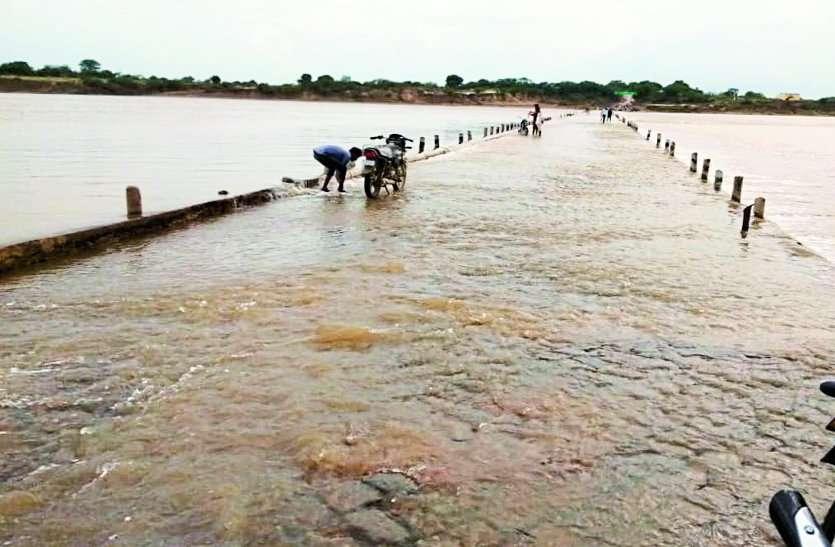 मौत की बारिश: नदी के तेज बहाव में 6 बहे, पांच की मौत, एक को बचाया