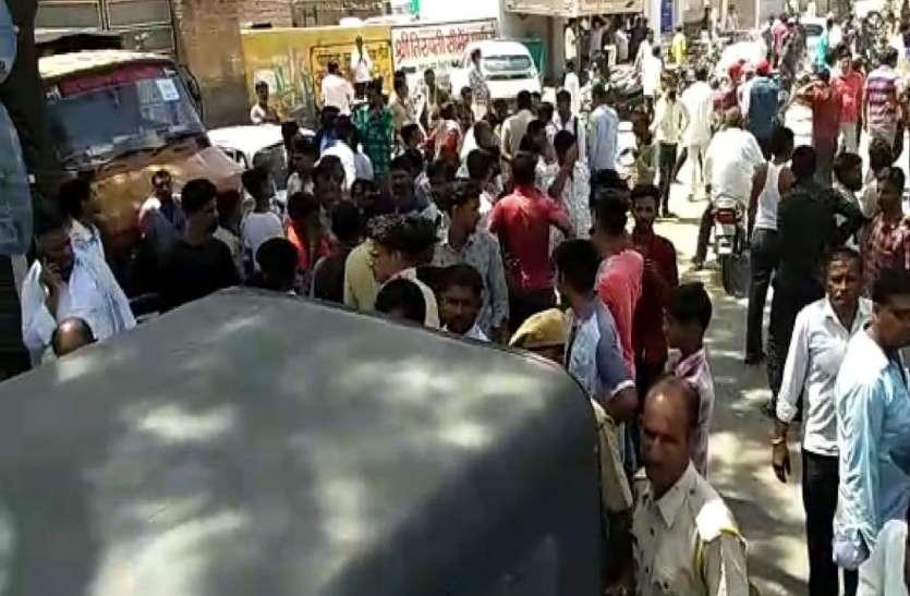 नोखा में ट्रक ने बाइक सवार को कुचला, लोगों का शव के साथ प्रदर्शन