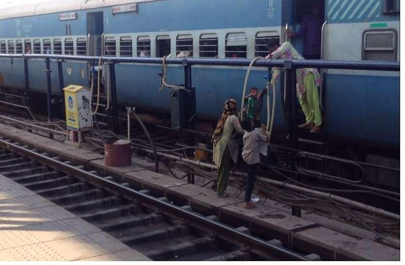 Jaipur Railway Station : रेलवे टिकट चैकिंग अभियान में 4 लाख 23 हजार की आय
