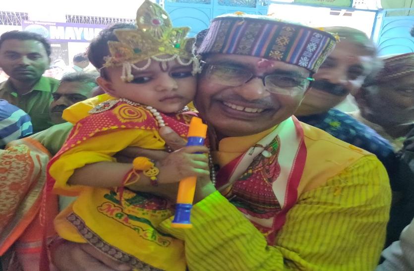 बच्चे कृष्ण बनें तो मंदिरों में सजी झांकियां-इस तरह मनाई गई जन्माष्टमी
