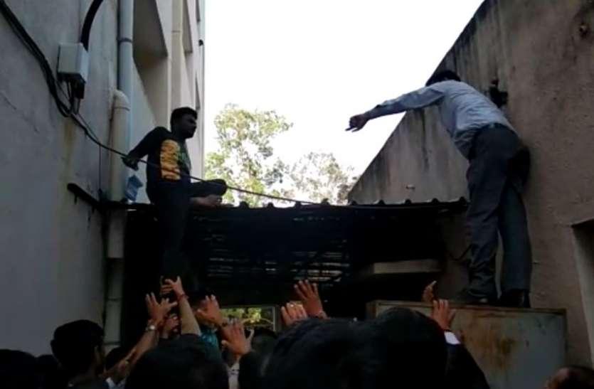 Surat News : हत्या की कोशिश के अभियुक्त ने कोर्ट की तीसरी मंजिल से लगा दी छलांग