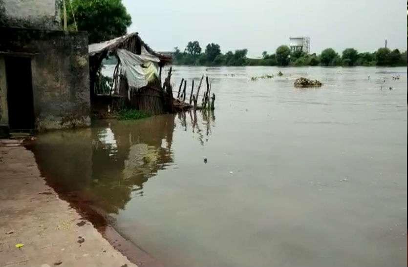 Flood Alert: बाढ़ की आशंका को देखते हुए एसडीएम ने किया यमुना घाटों का निरीक्षण