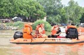 सीएम योगी आदित्यनाथ ने किया बाढ़ प्रभावित क्षेत्र का दौरा, NDRF के साथ बोट में बैठ कर देखी स्थिति