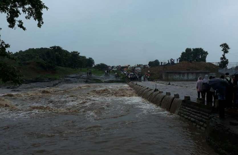 Tawa and Satpura Dam Gate - झमाझम बारिश : तवा के 11 और सतपुड़ा डैम के 7 गेट खोले, बिल नदी में फंसा ट्रक