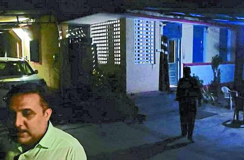 रात में डीइओ के बंगले पर थी भीड़, मीडियाकर्मी पहुंचे तो भागे लोग