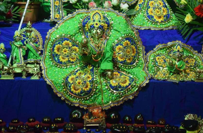 मंदिरों में तैयारियां पूरी, देर रात होगा कान्हा का जन्म.. देखें तस्वीरें