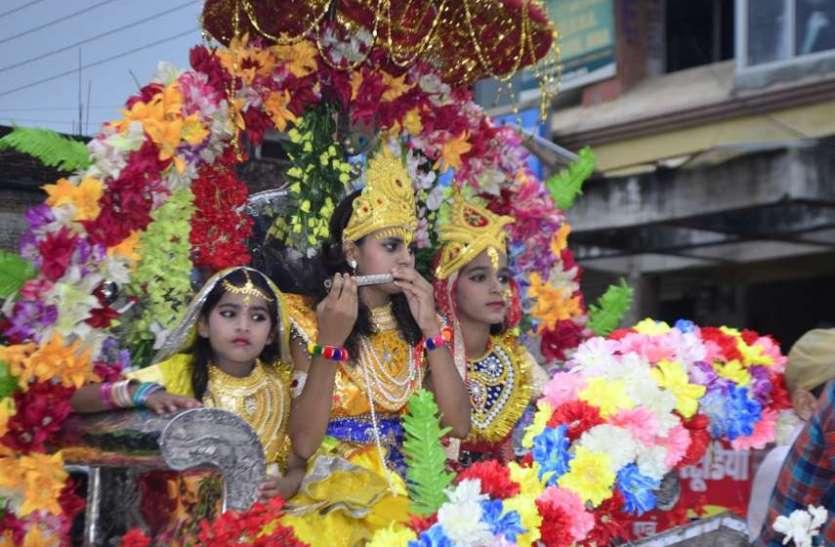 श्रीकृष्ण की भक्ति में रंगा शहर..राजघाट में आयोजित की मटकी फोड़ प्रतियोगिता,  देखें इन तस्वीरों में