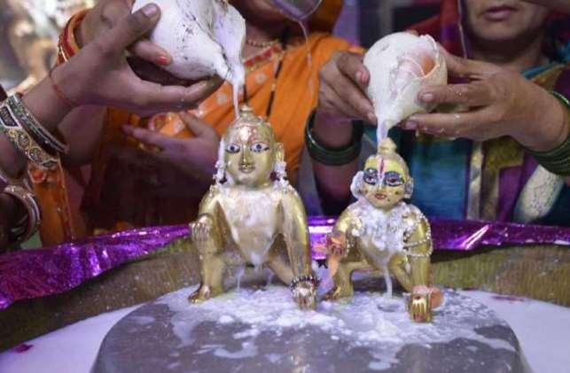 घर-घर जन्मे कन्हैया, मंदिरों में बजी बधइयां