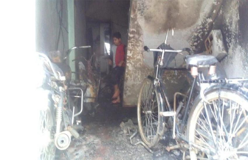 घर में हुआ शॉट सर्किट, चिंगारी ने तबाह की ५ बाइक, पति-पत्नी और सात माह का मासूम झुलसा