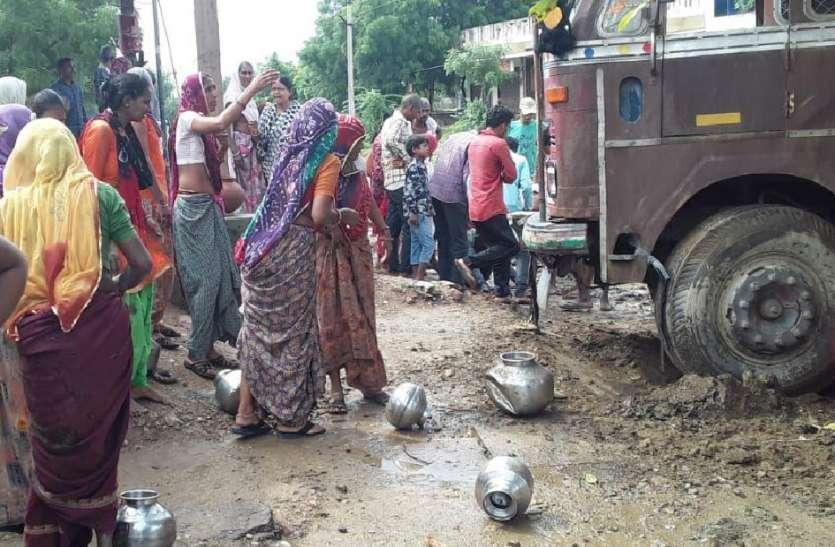 अनियंत्रित ट्रक की टक्कर से महिलाएं घायल