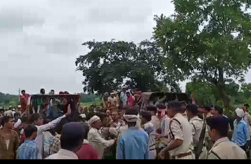 जमीनी विवाद पर अपहरण के बाद कर दी हत्या, ग्रामीणों ने शव रखकर लगाया जाम, पुलिस से हुई झड़प