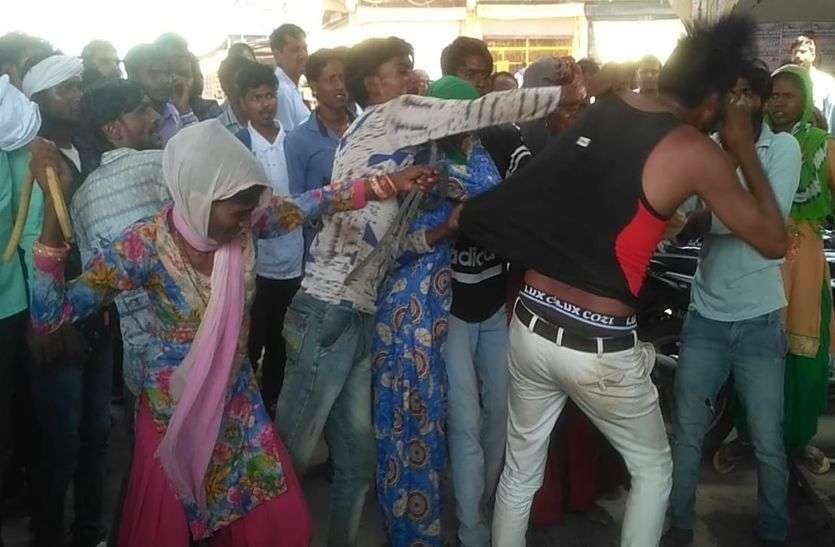 अलवर में यहां लडक़ी से छेड़छाड़ करने वाले युवक को बुरी तरह पीटा, बचने के लिए पुलिस चौकी में घुसा, वहां से निकालकर फिर धुना