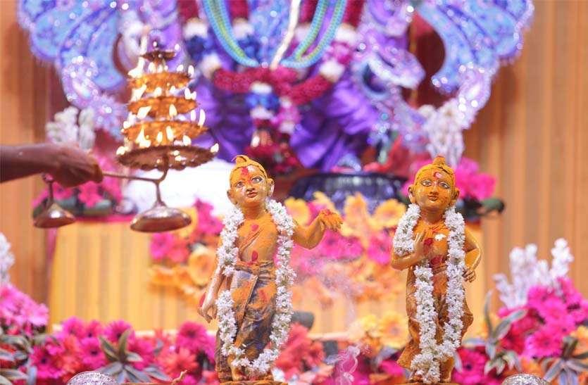 जगतपुरा  अक्षय  पात्र  मंदिर  में  दिन में  अभिषेक ।