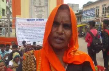 ग्रामीणों ने उच्च जाति के लोगों पर लगाया शोषण का आरोप, कहा जूते चप्पल पहनकर घर से निकलने की अनुमति नहीं