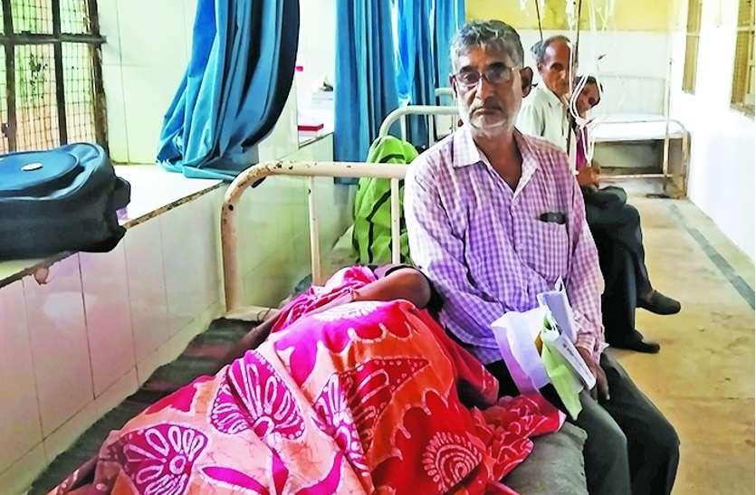 कैंसर पीडि़त पत्नी को भर्ती करने के लिए गिड़गिड़ता रहा पति, 12 घंटे ठोकरें खाता रहा बुजुर्ग, नहीं पसीजा डॉक्टरों का दिल