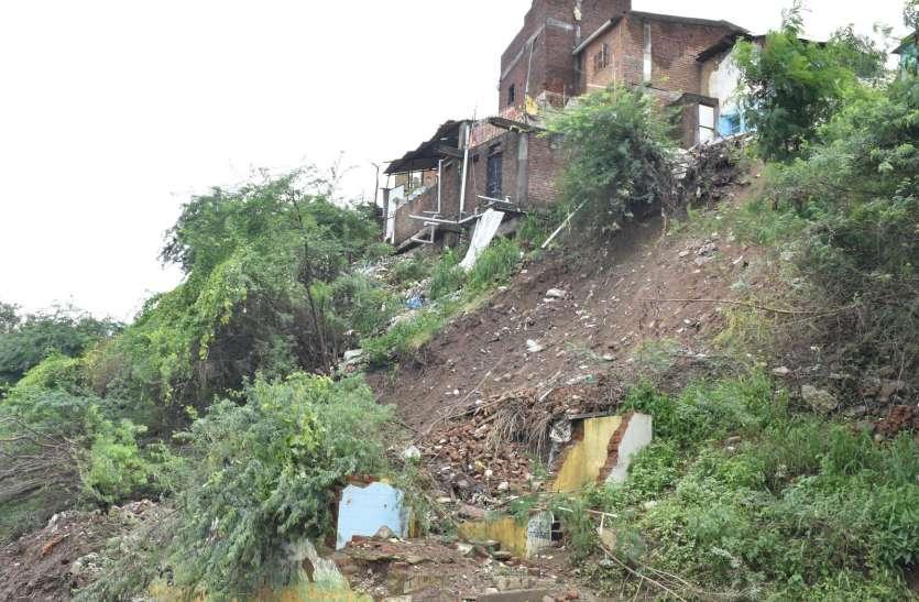 मकानों के नीचे से खिसक रही मिट्टी से घाटी पर बसे 50 परिवारों पर खतरा
