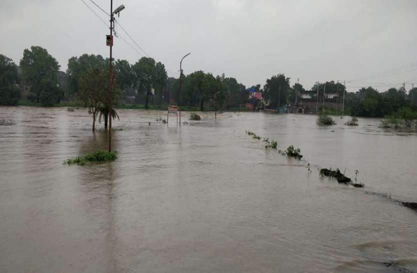 रात भर हुई भारी बारिश से नदियों में आई बाढ़, चारों तरफ सिर्फ पानी ही पानी, देखें वीडियों