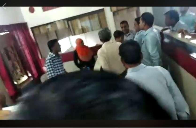 woman video viral: महिला ने नपा कर्मी को चप्पलों से पीटा वीडियो वायरल