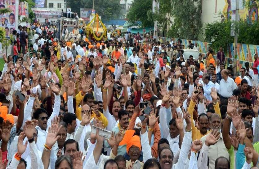 जय माधव-जय यादव के घोष के साथ निकली शोभायात्रा