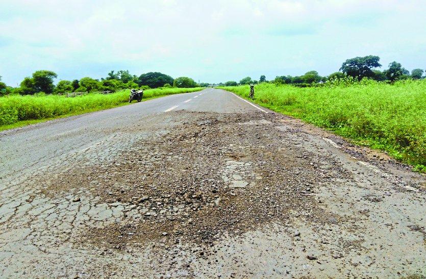 तीन साल में दम तोड़ दी 12 करोड़ की छह किमी लंबी सड़क, दो दर्जन स्थानों पर बड़े-बड़े गड्ढे
