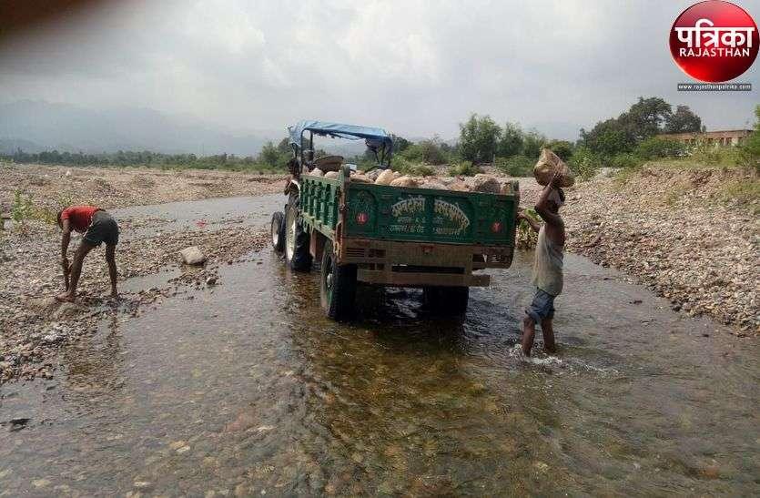 stone mining : जान जोखिम में डालकर नदी के पत्थर बटोरने में जुटा खनन माफिया, जिम्मेदार क्यों है मौन?