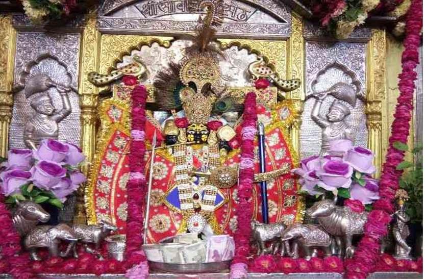 बबूल के पेड़ को काटकर खोदा तो वहां से निकलींं भगवान कृष्ण की 3 प्रतिमाएं,  बस यहीं बना मेवाड़ का ये प्रसिद्ध मंदिर