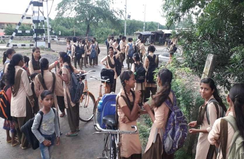अधिकारियों की मौज, विद्यालयों के बाहर दो घंटे खड़े रहकर परेशान होते रहे विद्यार्थी