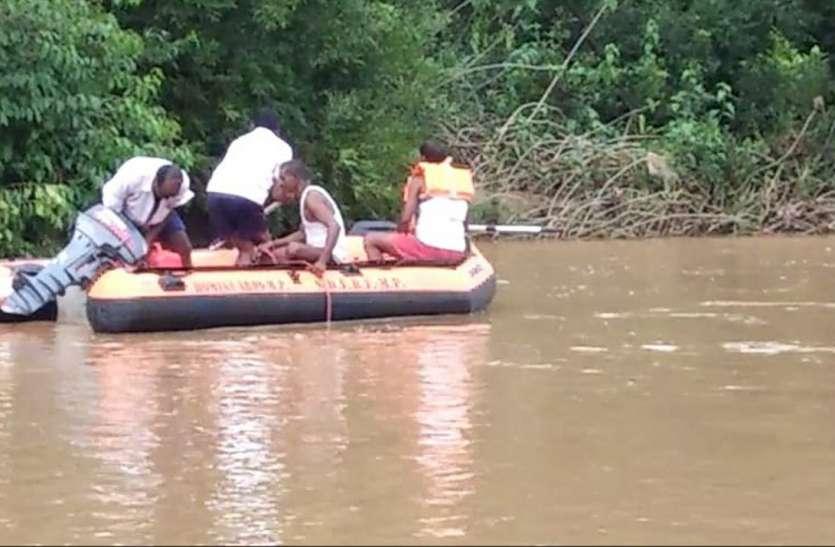 पति के देखते-देखते नदी में बह गए पत्नी सहित दो बच्चे, जानिए कैसे हुआ हादसा
