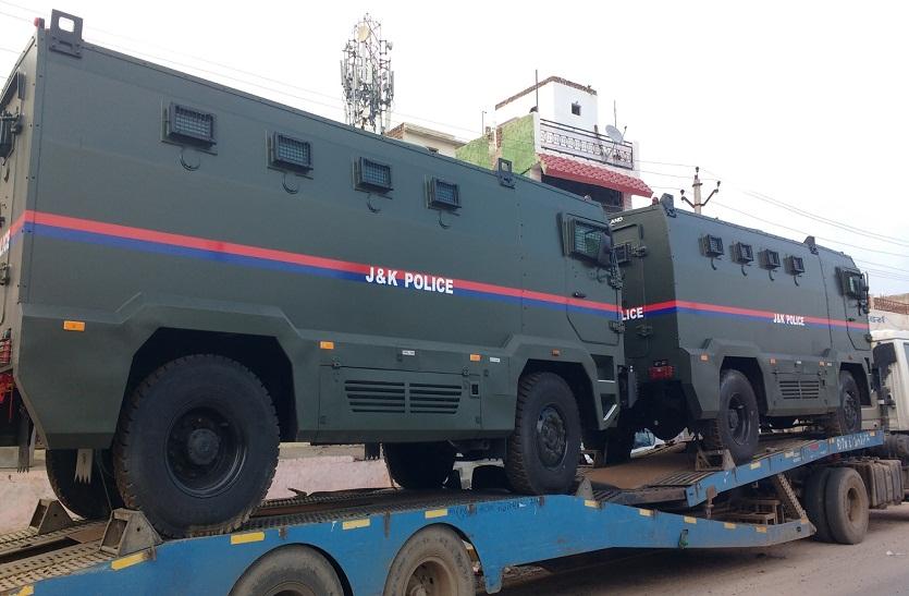 जम्मू-कश्मीर पुलिस के लिए पहुंच रही बख्तरबंद गाडिय़ां