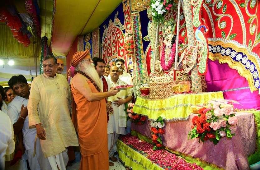Janmashtami festival: ब्रज में 'माखनचोरÓ के जन्म को लेकर उत्साह, मंदिरों में दर्शनार्थियों की उमड़ी भीड़