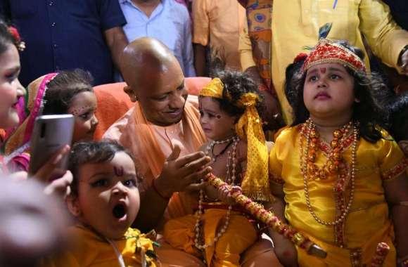 श्रीकृष्ण का बाल रूप धरे बच्चों संग जब मुख्यमंत्री योगी आदित्यनाथ खिलखिला उठे...