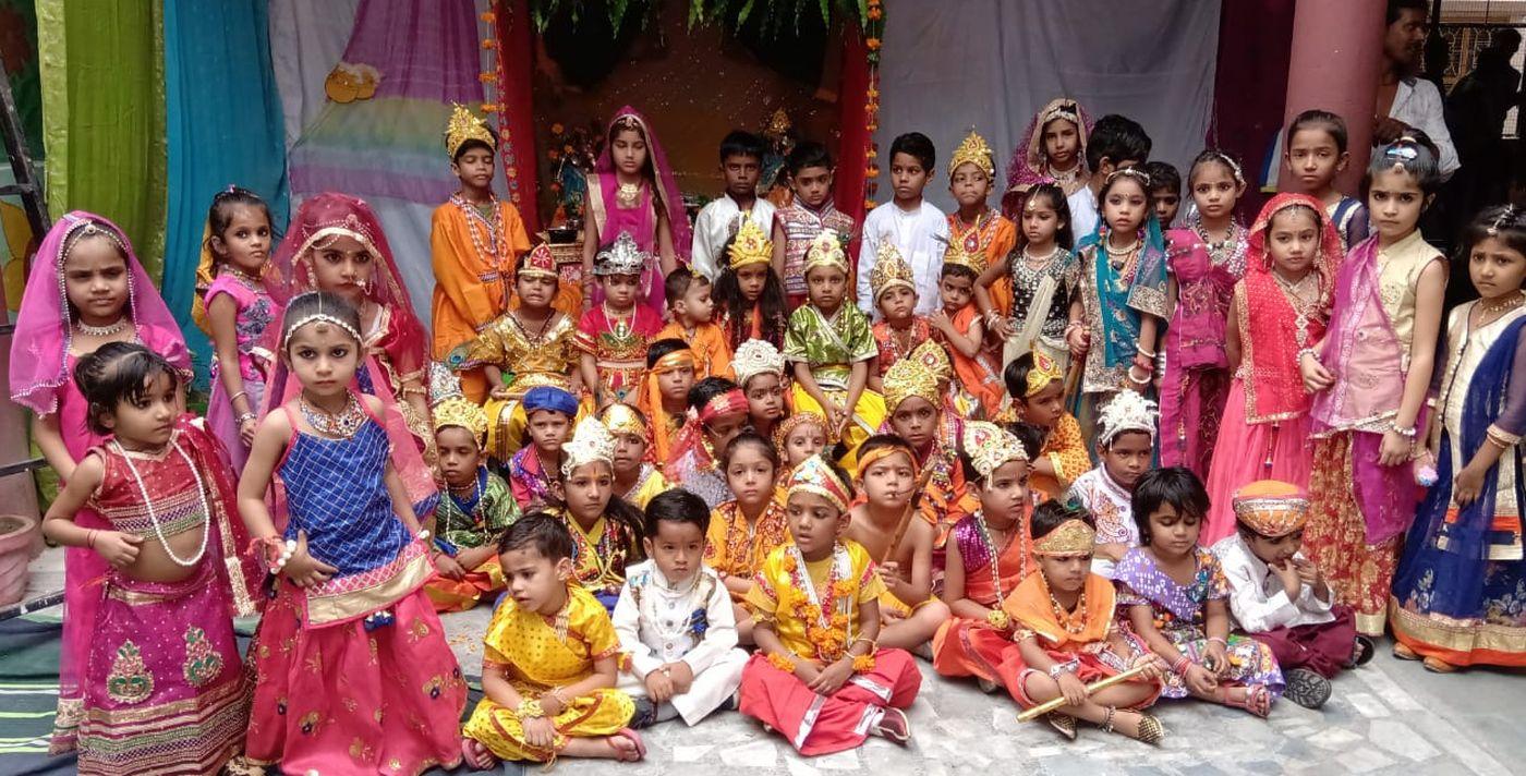 भगवान कृष्ण की भक्ति में झूमे 'बाल गोपाल