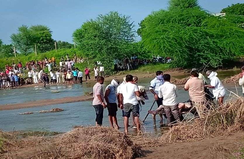 8 दिन बाद नदी की रेत में दबा मिला किसान का शव
