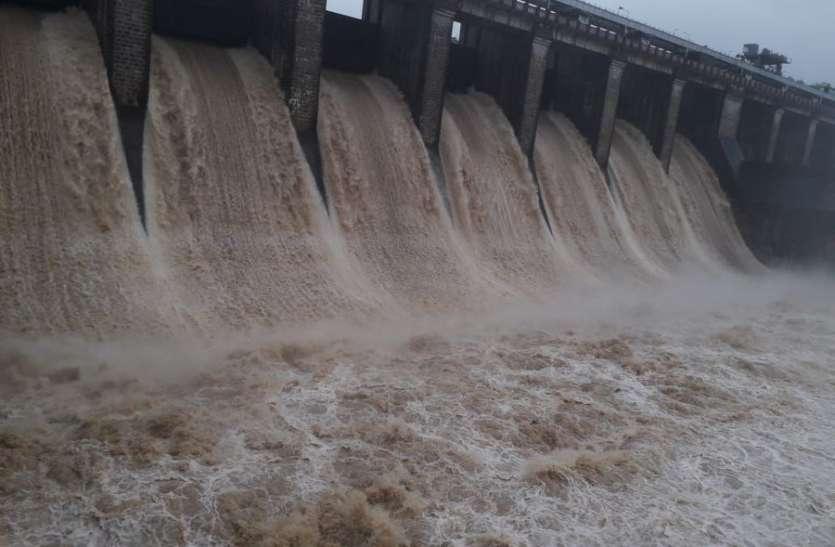झमाझम बारिश : सतपुड़ा से सात और तवा से 11 गेटों से छोड़ा जा रहा पानी, दर्जनों गांवों का संपर्क टूटा
