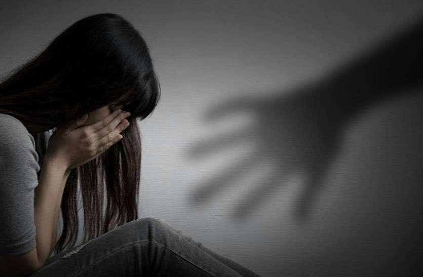 निलंबित ग्राम विकास अधिकारी पर यौन शोषण का आरोप